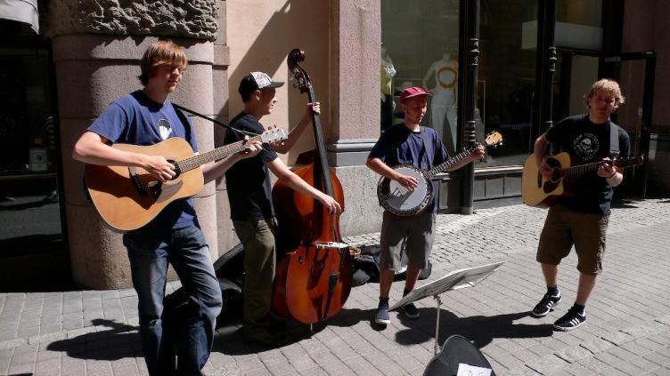 Finnish_bluegrass_buskers_Rautakoura,_Helsinki